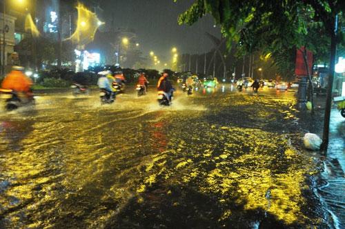 TP.HCM lại mưa mù trời: Ngập nước, giao thông tê liệt - 4