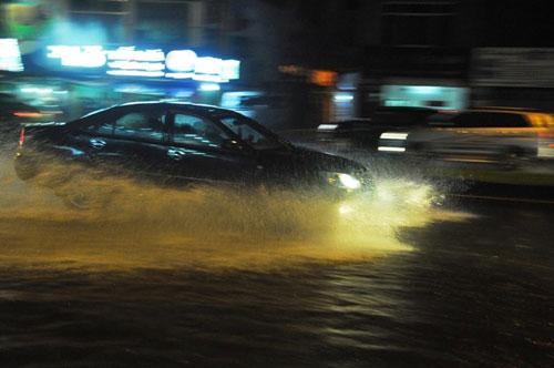 TP.HCM lại mưa mù trời: Ngập nước, giao thông tê liệt - 2