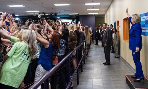 """Sự thật bức ảnh """"cả thế giới quay lưng"""" với bà Clinton - 1"""