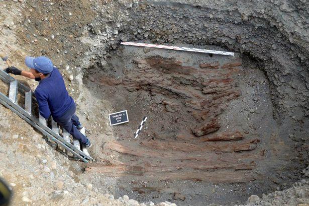 Bí ẩn hài cốt mẹ con bị cắt rời đầu, mặc áo dát vàng trong mộ 2.500 năm - 1