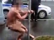 Bị cảnh sát còng tay, vẫn khỏa thân múa cột tự tin
