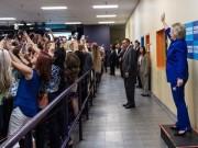 """Sự thật bức ảnh """"cả thế giới quay lưng"""" với bà Clinton"""