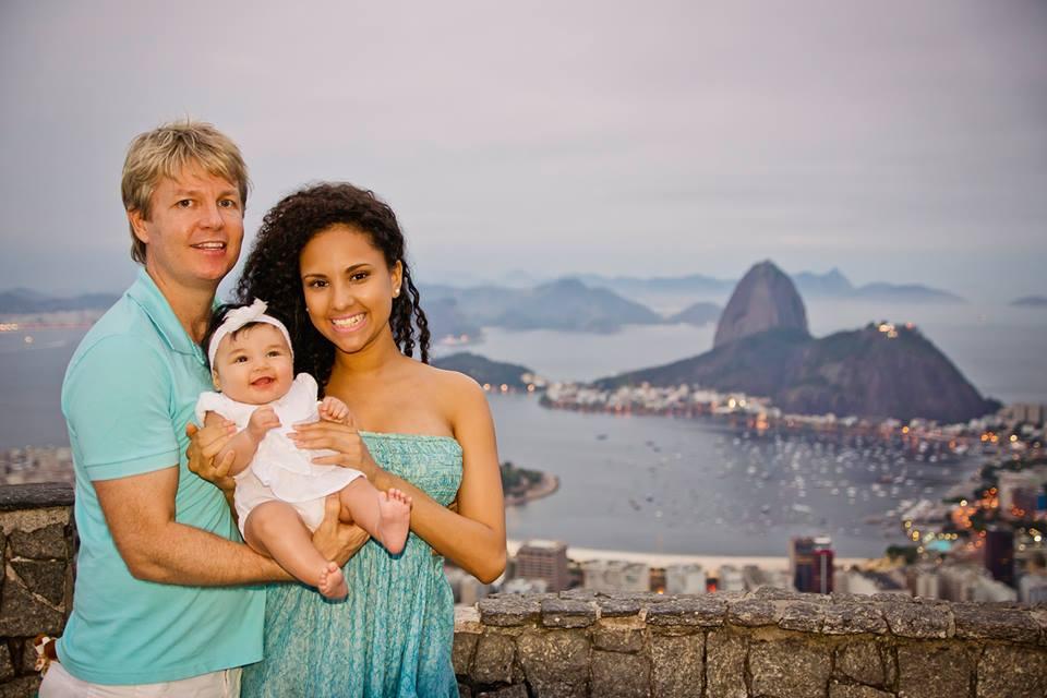 Bé gái 2 tuổi du lịch qua 30 nước cùng cha mẹ - 1