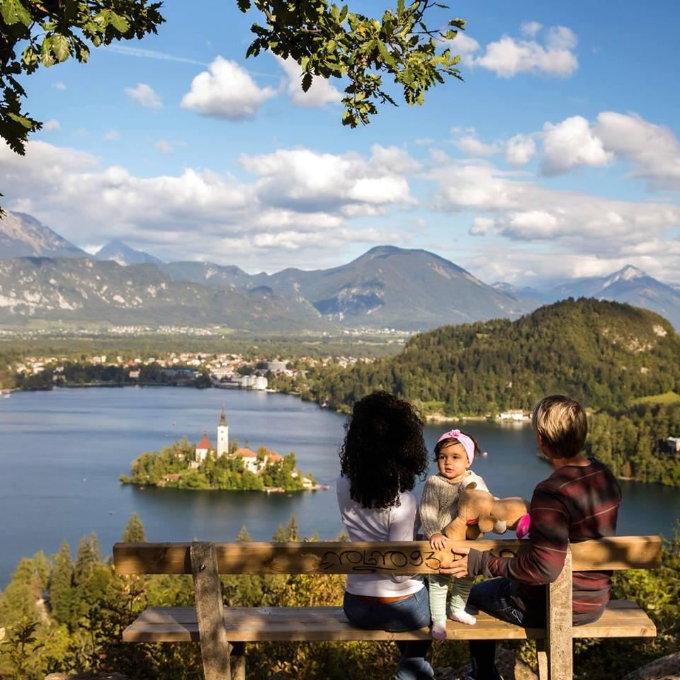 Bé gái 2 tuổi du lịch qua 30 nước cùng cha mẹ - 2