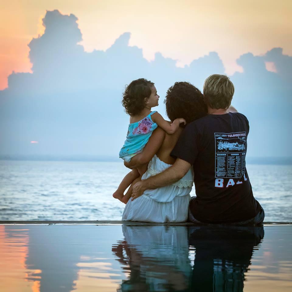 Bé gái 2 tuổi du lịch qua 30 nước cùng cha mẹ - 3
