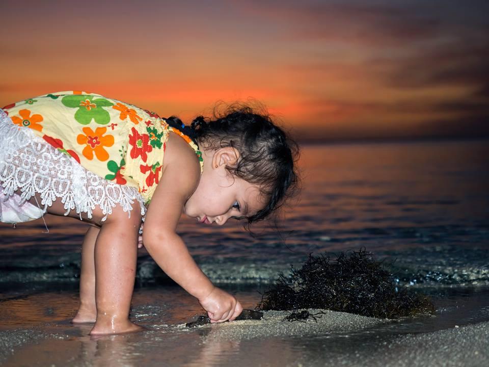 Bé gái 2 tuổi du lịch qua 30 nước cùng cha mẹ - 4