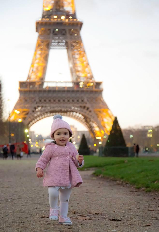 Bé gái 2 tuổi du lịch qua 30 nước cùng cha mẹ - 9
