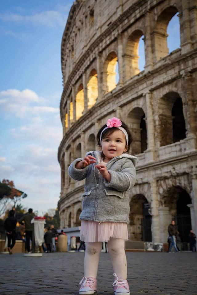 Bé gái 2 tuổi du lịch qua 30 nước cùng cha mẹ - 10