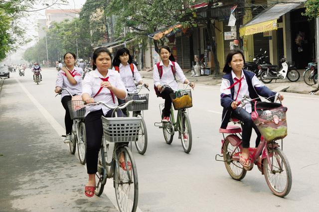 Để con tự đạp xe đi học hay đưa đón đến lớn? - 1