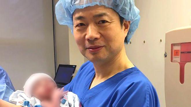 Đứa trẻ đầu tiên thế giới do 3 người sinh ra - 1