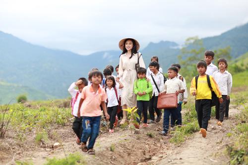 Angela Phương Trinh giản dị hiếm thấy trong phim mới - 1