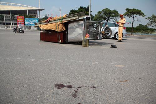 HN: Xe ba bánh tiếp tục gây họa, 2 người bị thương nặng - 1