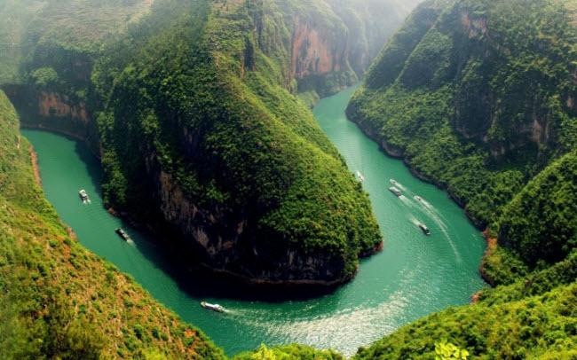 Du khách có thể chiêm ngưỡng những phong cảnh đẹp mê hồn khác hai bên sông Trường Giang trên những con tàu du lịch chạy dọc dòng sông.