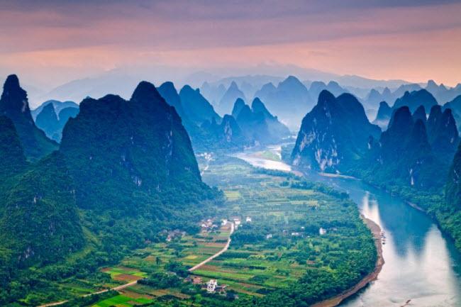 Được bao quanh bởi các ngọn núi đá hùng vĩ, rừng cây và thung lũng xanh mướt, sông Quế Giang ở Trung Quốc là một trong những nơi có phong cảnh đẹp nhất thế giới.