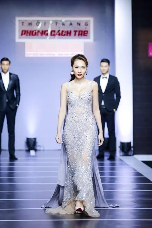 Dàn mỹ nữ Việt khoe đường cong gợi cảm với đầm dạ hội - 1