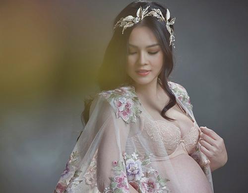 Dương Cẩm Lynh mặc xuyên thấu khoe bụng bầu 9 tháng - 2