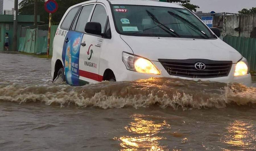 Mưa 30 phút, đường Sài Gòn đã thành sông - 1