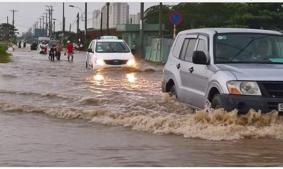 Mưa 30 phút, đường Sài Gòn đã thành sông - 4