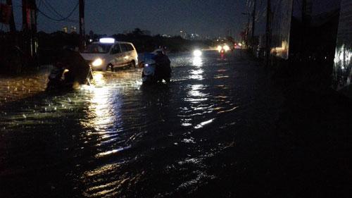 Mưa 30 phút, đường Sài Gòn đã thành sông - 5