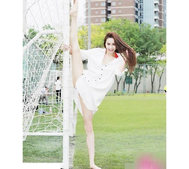 Tại Trung Quốc hiện đang nở rộ trào lưu xoạc chân 180 độ để khoe độ dẻo dai của cơ thể. Hot girl họ Jin, một diễn viên múa có thể dễ dàng khoe các động tác này ở mọi lúc mọi nơi cũng đang là tâm điểm gây chú ý của cư dân mạng nước này.