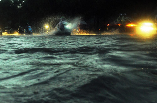Sóng đánh ào ạt trên đường phố Sài Gòn sau mưa - 1