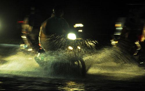 Sóng đánh ào ạt trên đường phố Sài Gòn sau mưa - 3