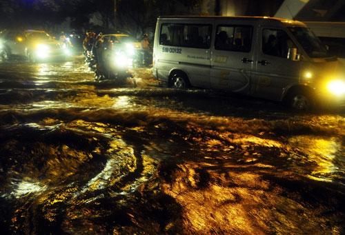 Sóng đánh ào ạt trên đường phố Sài Gòn sau mưa - 2