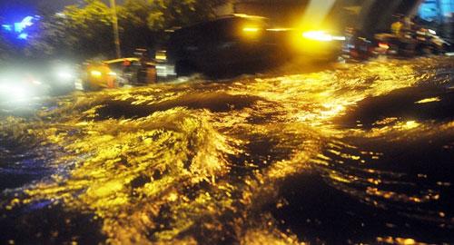 Sóng đánh ào ạt trên đường phố Sài Gòn sau mưa - 7