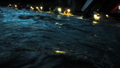 Sóng đánh ào ạt trên đường phố Sài Gòn sau mưa - 5