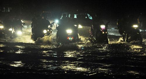 Sóng đánh ào ạt trên đường phố Sài Gòn sau mưa - 8