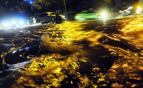 Sóng đánh ào ạt trên đường phố Sài Gòn sau mưa - 9