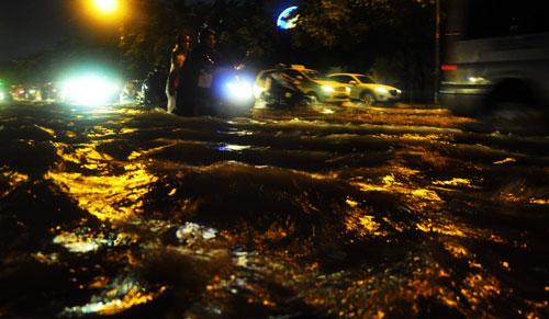 Sóng đánh ào ạt trên đường phố Sài Gòn sau mưa - 4