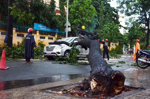 Sóng đánh ào ạt trên đường phố Sài Gòn sau mưa - 13