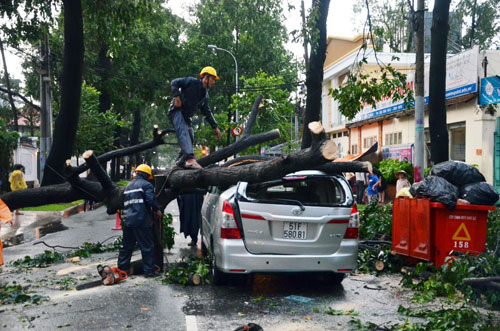 Sóng đánh ào ạt trên đường phố Sài Gòn sau mưa - 12