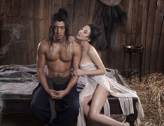 """Thời gian gần đây, cái tên Cung Nguyệt Phi đang  """" nóng rẫy """"  showbiz Hoa ngữ. Cô thậm chí còn được xem là người đàn bà hư nhất Trung Quốc bởi không ít lần cô táo bạo tham gia các bộ phim có nhiều cảnh quay nóng bỏng. Người đẹp cũng thường gây sốc khi xuất hiện thiếu vải tại các sự kiện đông người. & nbsp;  Cung Nguyệt Phi cũng chính là nữ diễn viên chính đóng vai Phan Kim Liên trong bộ phim & nbsp;3D  """" Tân Kim Bình Mai """"  từng gây sốt năm 2013."""