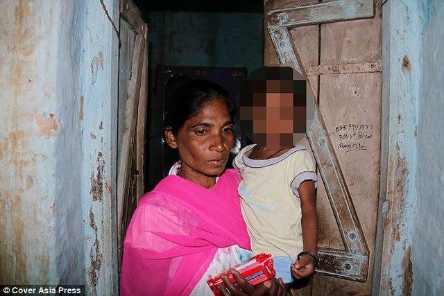 Ấn Độ: Chôn chồng dưới sàn nhà vì hết tiền mua mộ - 2