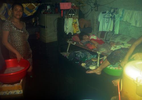 """Mưa lịch sử ở Sài Gòn: Ở truồng, ăn mì gói trên """"ốc đảo"""" - 17"""