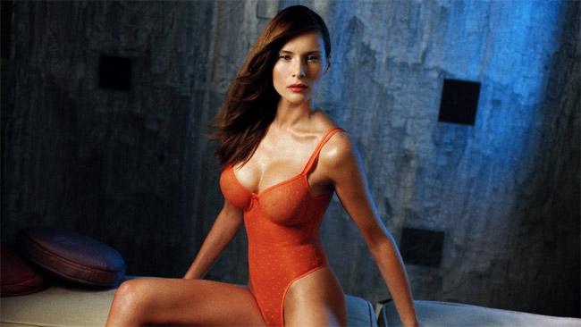 Bà sinh năm 1971, là người mẫu gốc Slovenia. Khởi nghiệp người mẫu năm 16 tuổi.