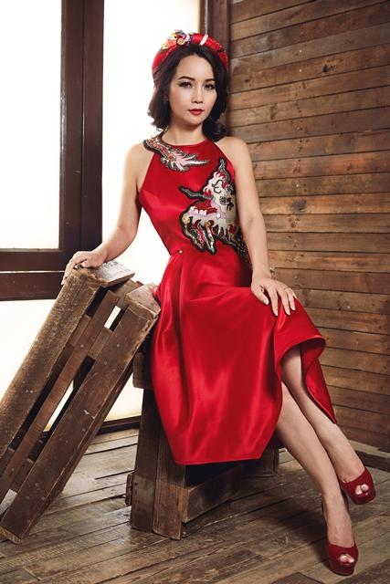 Mai Thu Huyền đẹp lúng liếng với váy họa tiết dân gian - 1