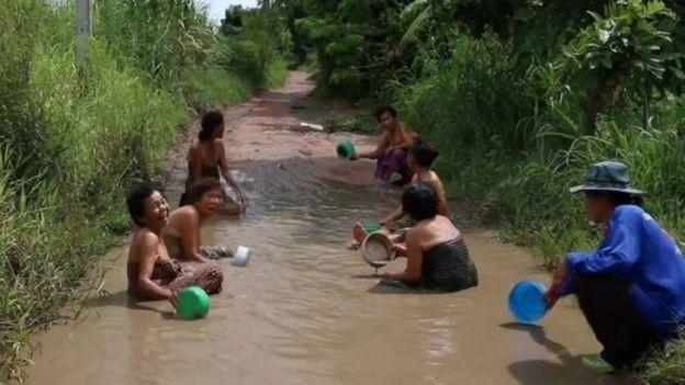 Thái Lan: Người mẫu xinh đẹp tắm trong ổ gà gây sốt - 7