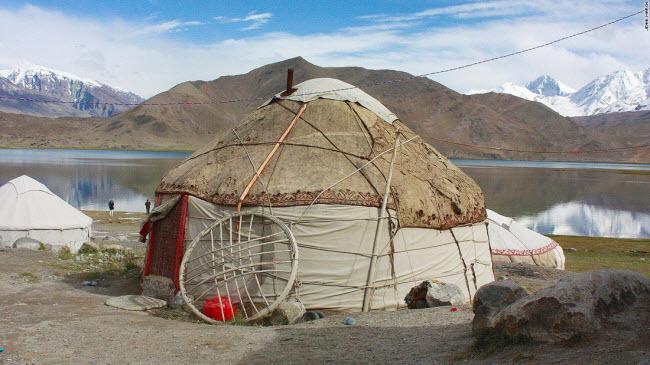 Nhà lều truyền thống của một gia đình người Tajik được xây dựng bên bờ hồ Karakal.