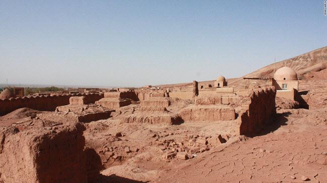 Một ngôi làng cổ của người Duy Ngô Nhĩ được xây dựng từ bùn đỏ và cát trên sa mạc Taklamakan.