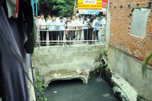 Lãnh đạo TPHCM: Sao để dân xây nhà trên hệ thống thoát nước? - 2