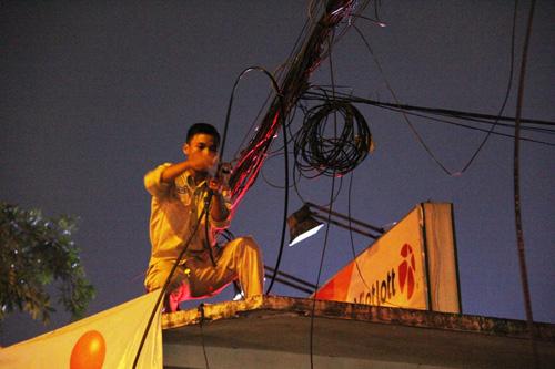 Dây điện cháy nổ như pháo hoa trên phố Sài Gòn__ - 2