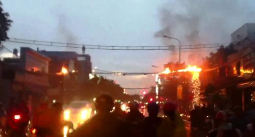 Dây điện cháy nổ như pháo hoa trên phố Sài Gòn__ - 1