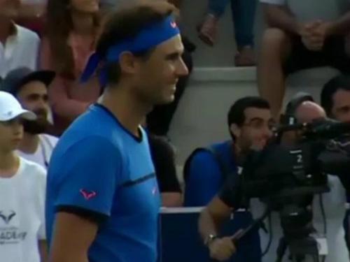 Hành động đẹp: Nadal dừng trận đấu, giúp tìm trẻ lạc - 1