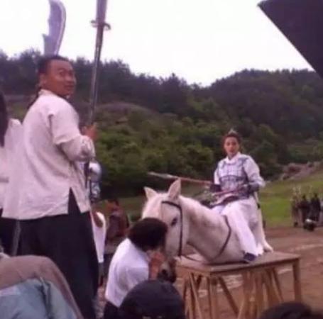 """Phì cười với cảnh cưỡi ngựa """"rỏm"""" trên trường quay Trung Quốc - 2"""