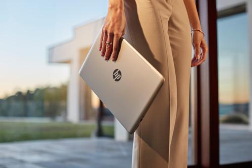 """Laptop chỉ để làm việc? Đã là quá khứ với """"hội công sở"""" - 2"""