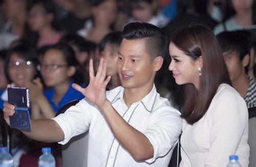 Đức Tuấn mời Phạm Hương khoe giọng trước hàng trăm sinh viên - 1