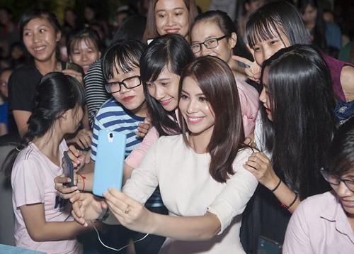 Đức Tuấn mời Phạm Hương khoe giọng trước hàng trăm sinh viên - 4